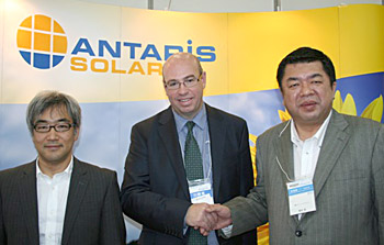 Tetsuro Uragami (ANTARIS SOLAR Japan Country Manager), Andrew Moore (ANTARIS SOLAR International Sales Director) und Hiroshi Kanayama, Geschäftsführer von Clean Energy Japan auf der PV Japan. (v.l.n.r.) Foto: ANTARIS SOLAR