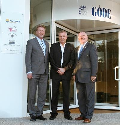 Umweltminister Dr. Marcel Huber, Unternehmensgründer und Inhaber Dr. Michael Göde und Landtagsabgeordneter Peter Winter vor der Firmenzentrale der GÖDE Gruppe in Waldaschaff (v.l.)