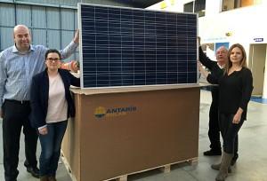 Andrew Moore von GPS Global PV Sales Ltd. (links) und das Team von Globalterra, Braga, Portugal, mit der ersten Lieferung von ANTARIS SOLAR Photovoltaikmodulen an den neuen Exklusivpartner